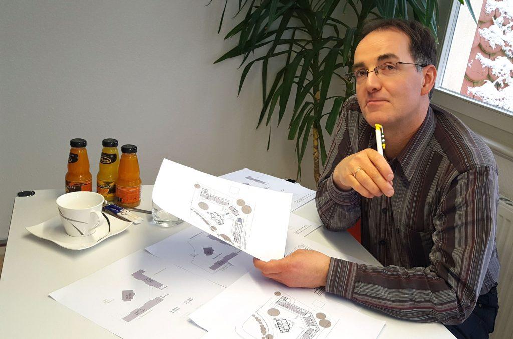 Michael Quaas mit Skizzen vom Wohnprojekt - im Februar 2017.