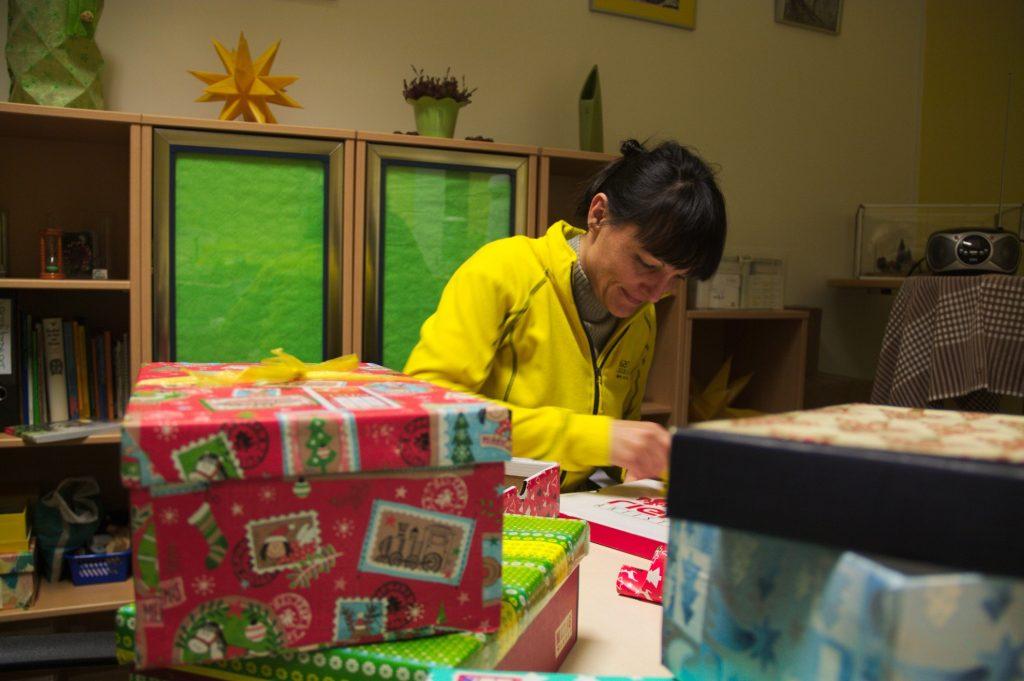 Bei der Calando Pflegedienst GmbH werden bereits Weihnachtsgeschenke gepackt.