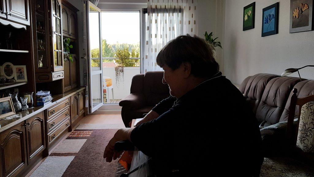 Frau Latzel in ihrer Wohnung. (Foto: Sven Wernicke)