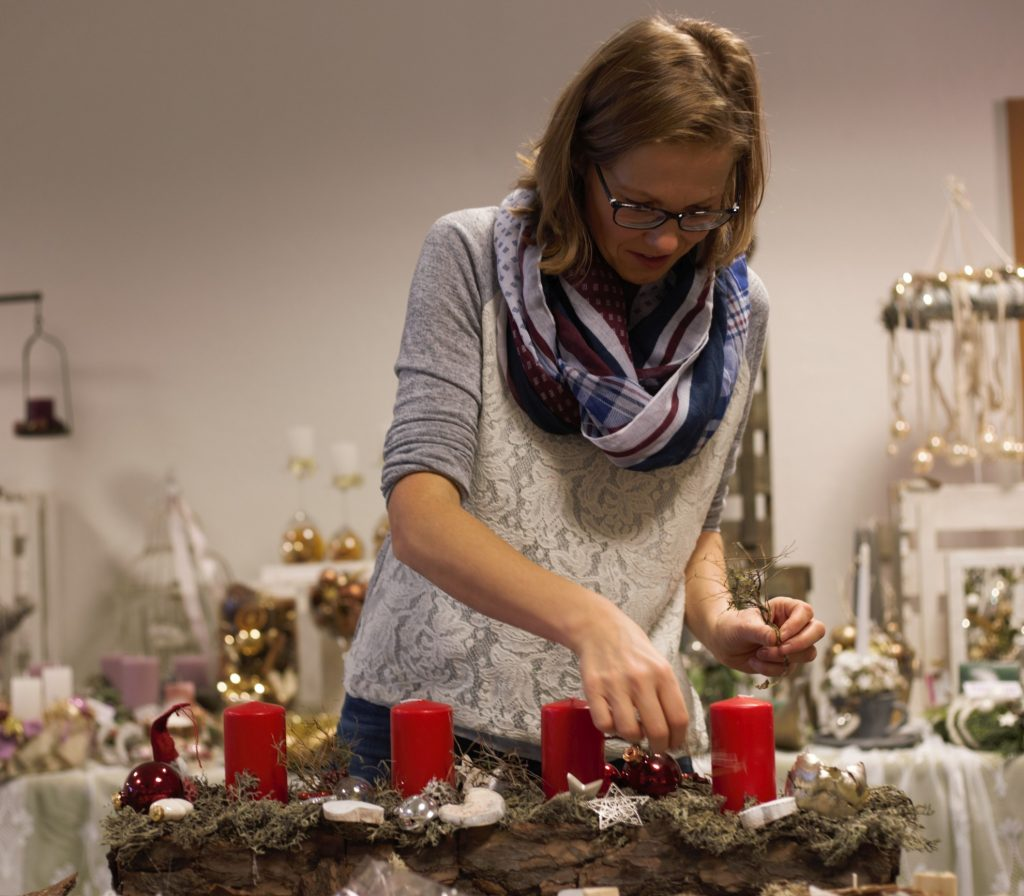 Hier wird ein grandioser Weihnachtskranz gebastelt. (Foto: Sven Wernicke)