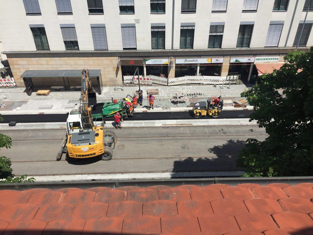 Vor einigen Tagen wurde noch fleißig gebaut. Direkt vor unserem Büro wird eine Straßenlaterne platziert.