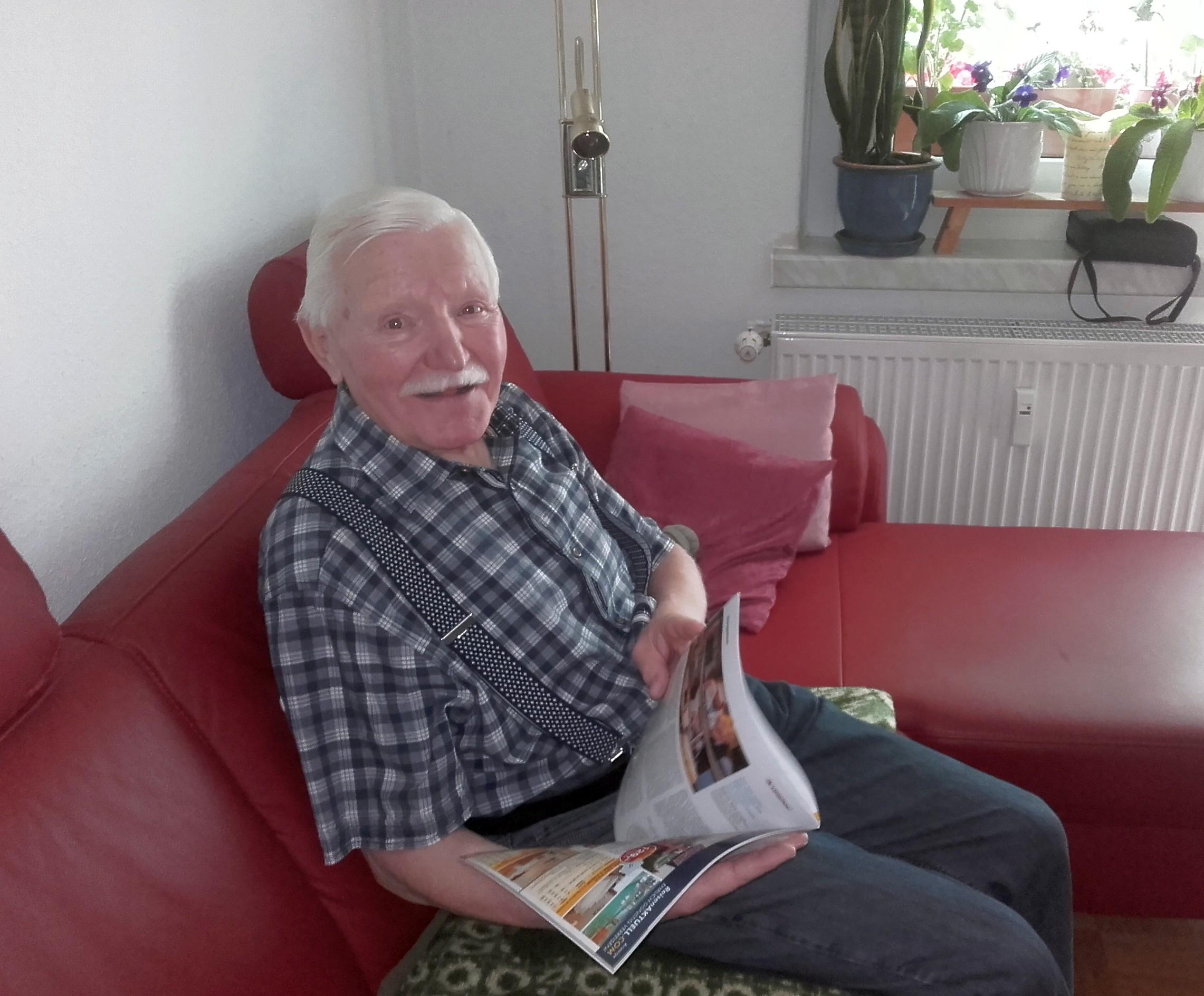 Herr Frohberg liest sehr gerne und ist bestens über Politik und Weltgeschehen informiert.