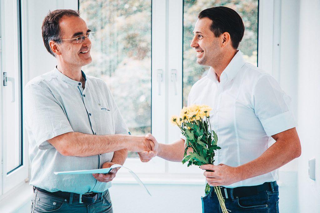 Unser Geschäftsführer Michael Quaas (links im Bild) nach dem Unterschreiben des Mietvertrages.